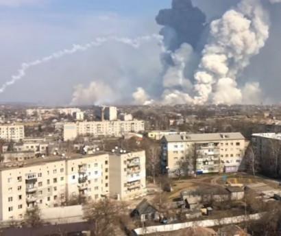 Ինչպես են հրդեհից պայթում Ուկրաինայի խոշորագույն զինապահեստի արկերը