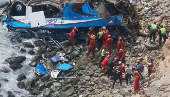 Peru'da otobüs uçuruma yuvarlandı! Onlarca ölü...