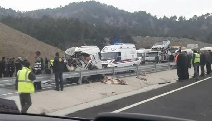 Minibüs kamyona çarptı: En az 8 ölü var