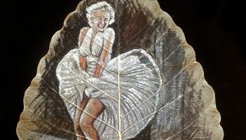 Հնդիկը նկարում է չորացած տերևների վրա՝ վերածնելով հնագույն արվեստը