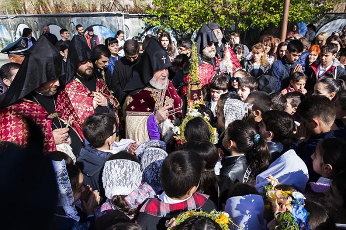 Կաթողիկոսն օրհնեց Մայր Աթոռում համախմբված հարյուրավոր մանուկներին