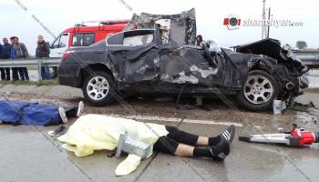 Արարատի մարզում BMW-ն մխրճվել է բաժանարար գոտու երկաթբետոնե արգելապատնեշների մեջ. կա 2 զոհ, 1 վիրավոր