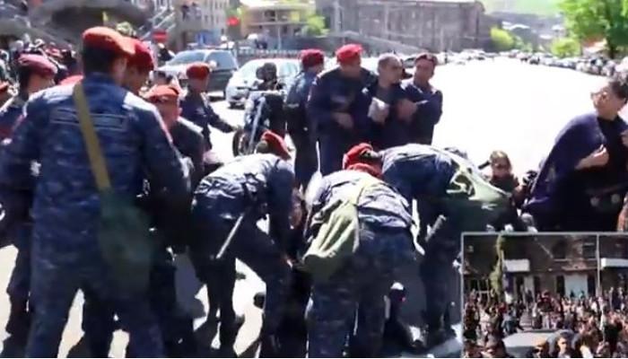 Ցուցարարները ճեղքեցին ոստիկանական պատնեշը
