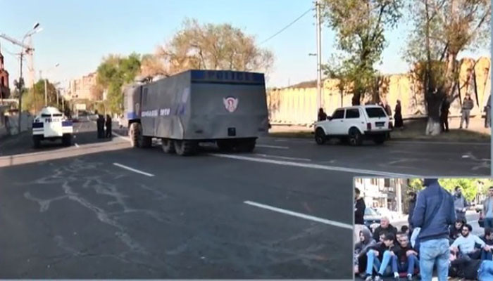Ոստիկանությունը շարունակում է ուժեր կուտակել, այդ թվում՝ Սերժ Սարգսյանի տան մոտ