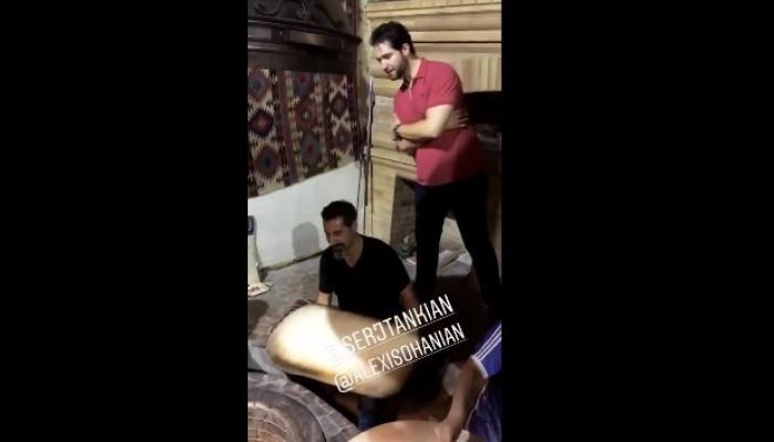 Սերժ Թանկյանն ու Ալեքսիս Օհանյանը փորձում են թոնրի մեջ լավաշ թխել