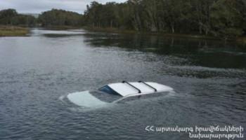 Փրկարարներն ավտոմեքենան դուրս են բերել Ապարանի լճից