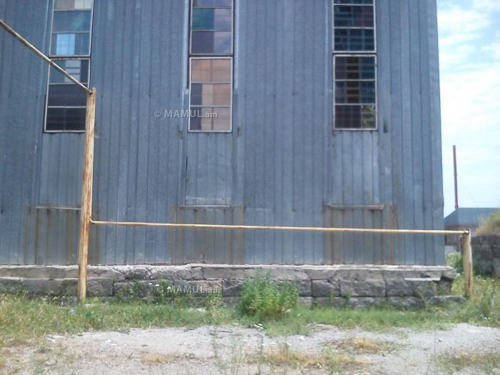 Հարևան դպրոցի կաթսայատուն տանող խողովակը՝ մարզադպրոցի պատի մոտ