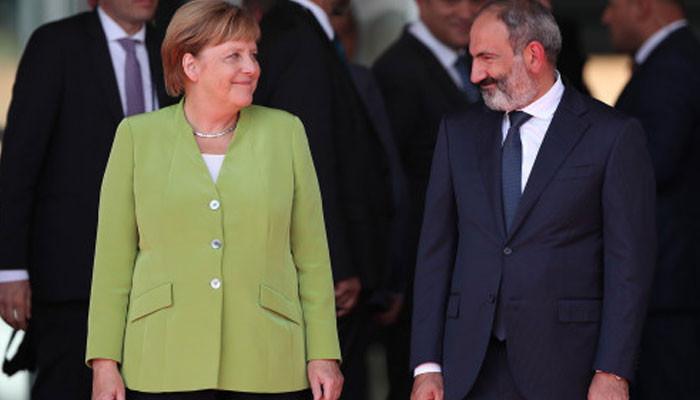 Спела с хором, сделала селфи, посмотрела в бинокль. Чего добилась Меркель в Закавказье?