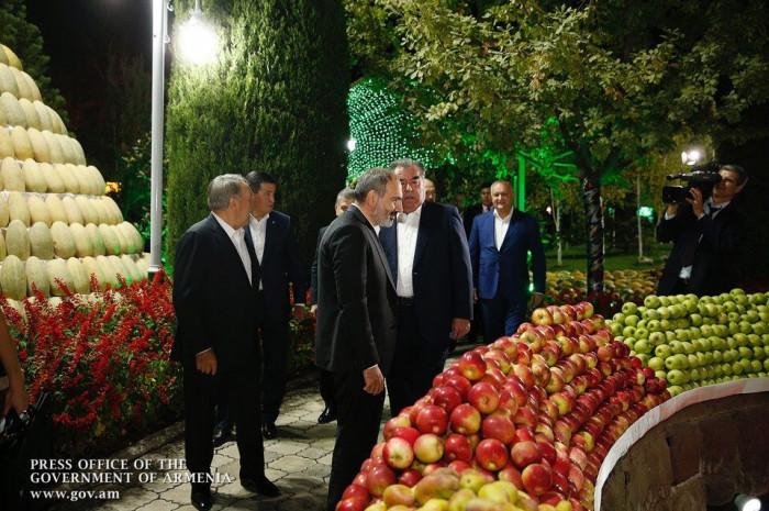 Пирамиды из дынь и арбузов. Как в Душанбе встречали лидеров СНГ