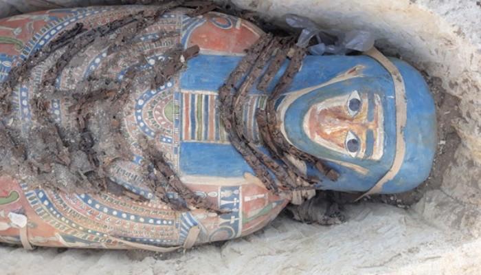 Археологи нашли в Египте восемь загадочных мумий в двойных саркофагах