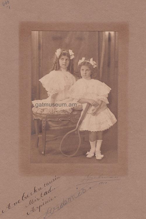 4. Արփինե և Արտեմիս Թիրաքյանները, 1909թ.