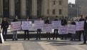 У здания правительства проходит акция протеста против повышения налогов на газированные напитки
