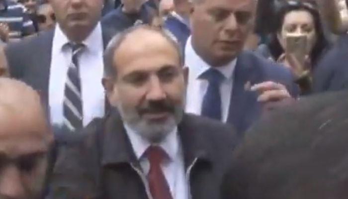 «Надеюсь, вы не замерзли»: Пашинян пришел к зданию суда в центре Еревана