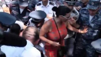 Ակցիայի մասնակիցները փորձում են փակել Բաղրամյան պողոտան. ՈՒՂԻՂ ՄԻԱՑՈՒՄ