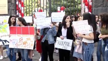 Акция протеста перед зданием АГЭУ: студенты требуют возвращения Рубена Айрапетяна