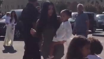 Ким Кардашьян с сестрой и детьми посетила Эчмиадзин