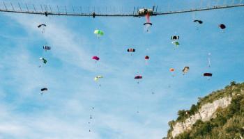 В Сочи установлен мировой рекорд в массовом прыжке с моста с парашютом
