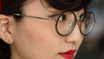Japan 'glasses ban' for women at work sparks backlash