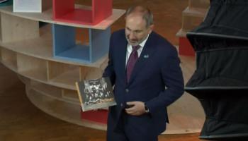 Ն. Փաշինյանը Փարիզի խաղաղության համաժողովի գրադարանին հանձնել է խորհրդանշական նվերներ