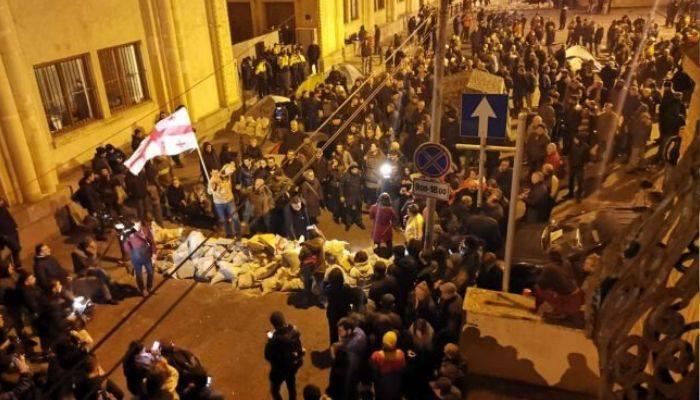Թբիլիսիում ցույցերը շարունակվում են. ցուցարարներն արգելափակել են խորհրդարանի շենքի մուտքը