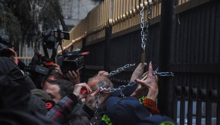 Թբիլիսիում ցուցարարները փորձել են շղթա ու կողպեք կապել ՊԱԾ շենքի մուտքից