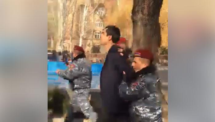 Տեսանյութ.  Ոստիկանները բերման են ենթարկել ԵՊՀ ուսխորհրդի նախագահին