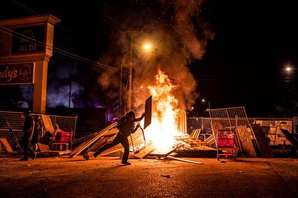 Грабежи и погромы: в Миннеаполисе ввели режим ЧС