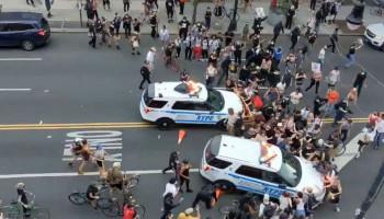 Тысячи протестующих наводнили улицы Нью-Йорка вслед за Миннеаполисом — видео
