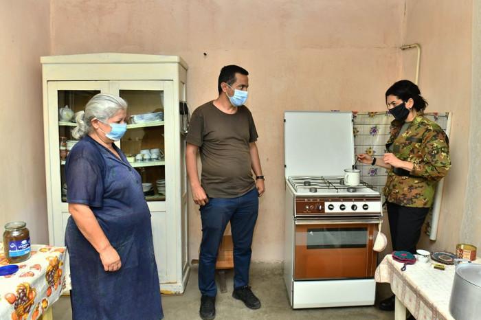 Աննա Հակոբյանը սուրճ է եփել Ներքին Կարմիրաղբյուր գյուղի բնակիչներից մեկի տանը