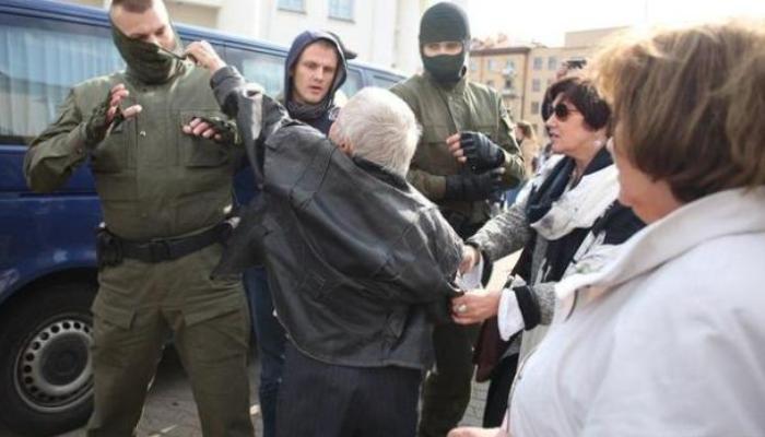 Женщины препятствуют задержаниям и снимают балаклавы с неизвестных