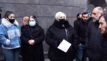 Անհետ կորած զինծառայողների ծնողները ՀՀ-ում ՌԴ դեսպանատան մոտ են
