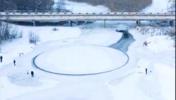 Под Брестом на поверхности реки образовался вращающийся ледяной круг
