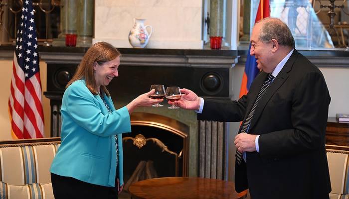 Armen Sarkissian visited U.S. Ambassador Lynne M. Tracy's residence