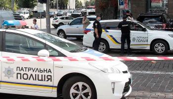Неизвестный в камуфляже открыл под Киевом стрельбу по людям